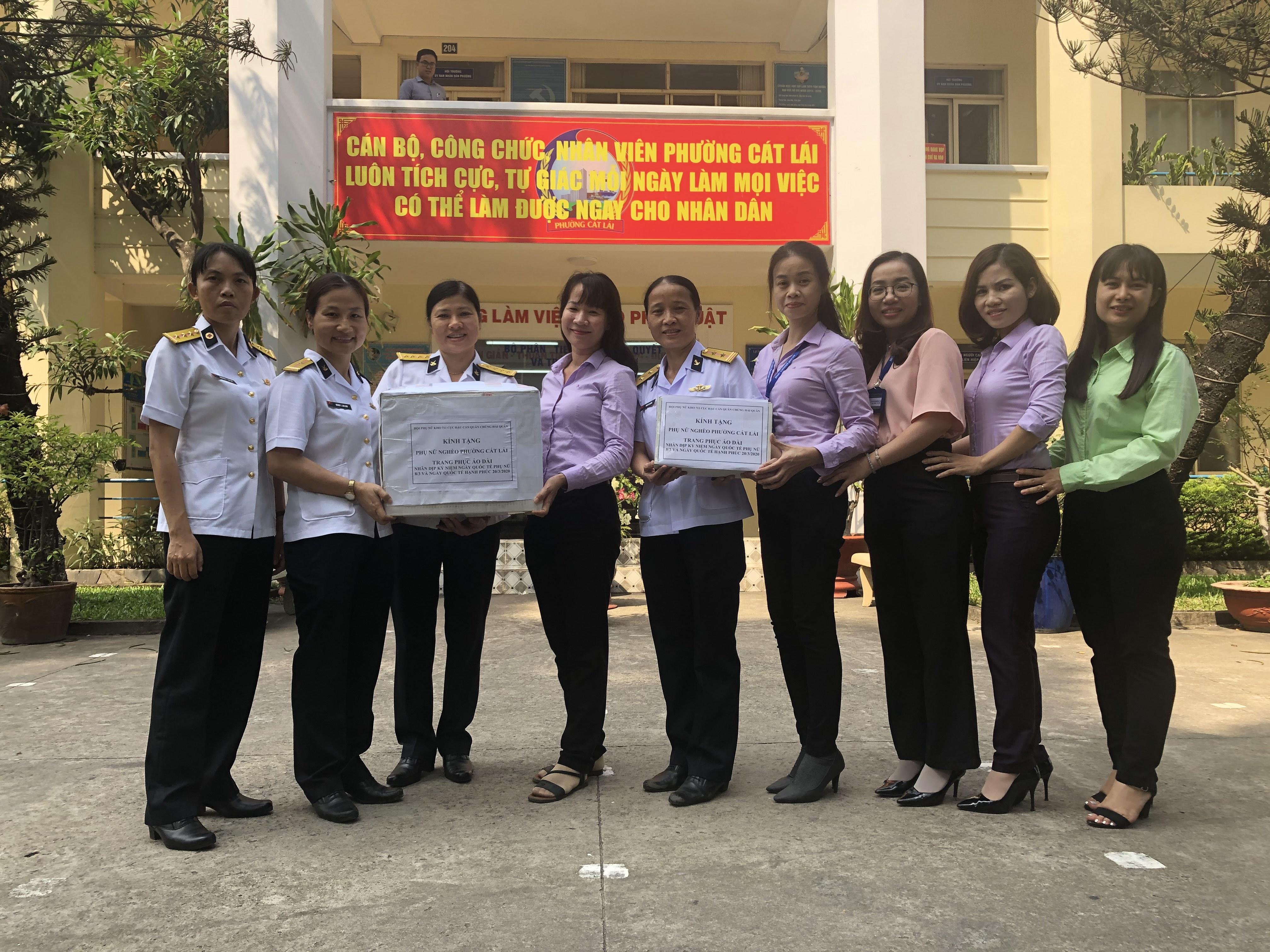 Cán bộ, chiến sĩ nữ Kho 711, Cục Hậu cần Quân chủng Hải quân gửi áo dài để Hội LHPN phường Cát Lái, quận 2 tặng lại cho chị em có hoàn cảnh khó khăn trên địa bàn.