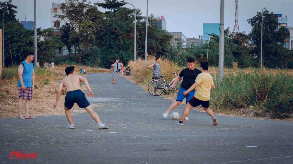 Bên cạnh thả diều, tại bãi đất trống trên, các em còn được chạy xe đạp, đá bóng, vui chơi cùng gia đình