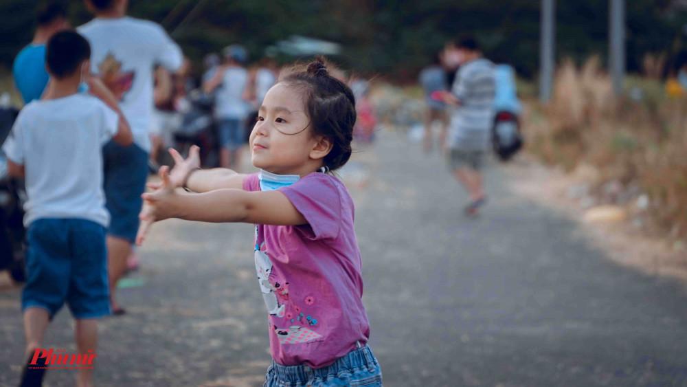 Nhiều trẻ em cảm thấy thoải mái chạy nhảy vui đùa tại đây, so với việc ở nhà cầm máy tính bảng chơi game, thì những hoạt động ngoài trời đem lại rất nhiều lợi ích cho các em.