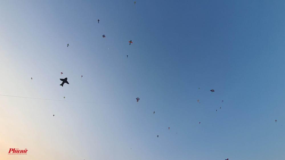 Hàng trăm con diều được thả trên bầu trời Quận 8 vào mỗi chiều