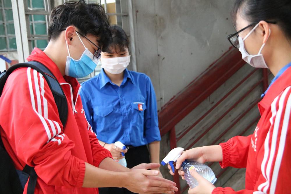 Sinh viên trở lại trường được rửa tay bằng dung dịch sát khuẩn