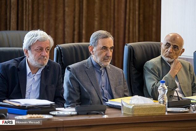Ông Mohammad Mirmohammadi (bìa trái) là một thành viên của Hội đồng Xử lý khẩn cấp được lãnh đạo tối cao của Iran chọn.