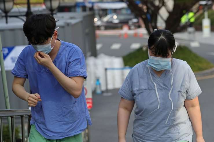 Nhân viên y tế tại Trung tâm y tế Dongasan thuộc Đại học keimyung, Daegu ướt đẫm mồ hội và kiệt sức sau khi vừa kết thúc công việc.