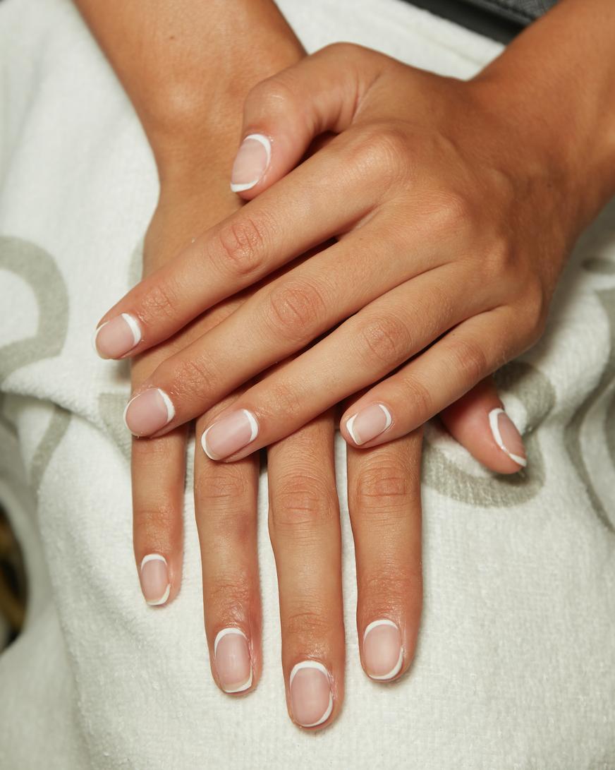 Đơn giản và tinh tế với đường viền nhuyễn màu trắng quanh móng tay.