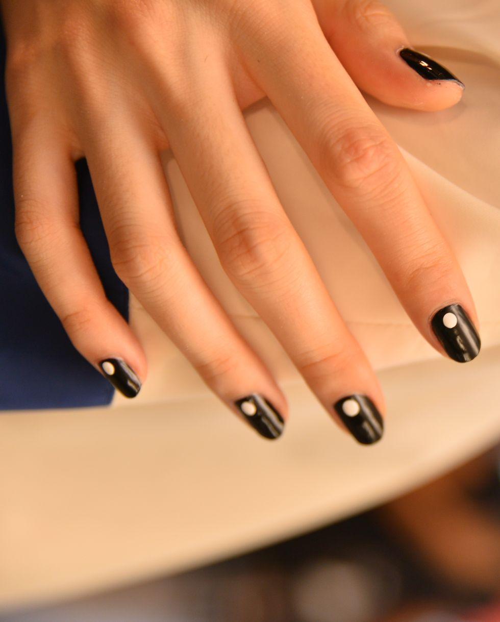 Việc phối hợp giữa hai màu trắng đen cũng không phải là ý tưởng tồi cho mẫu nail này.