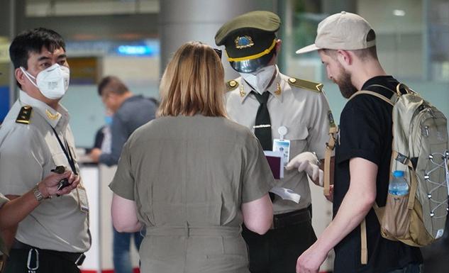Khách du lịch nước ngoài nhập cảnh tại Việt Nam.