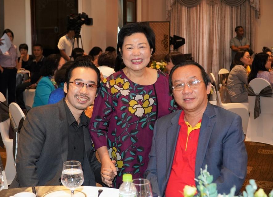 Phó tổng giám đốc Vietjet Đỗ Xuân Quang (phải) cùng Chủ tịch Quỹ Hòa bình Mỹ Lai Trương Ngọc Thủy (giữa). Nguồn ảnh do Vietjet cung cấp