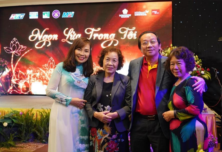 Đại diện Vietjet gửi lời cảm ơn tới gia đình nữ bác sĩ, liệt sĩ Đặng Thùy Trâm với những đóng góp vô giá trong công cuộc thống nhất đất nước. Nguồn ảnh do Vietjet cung cấp