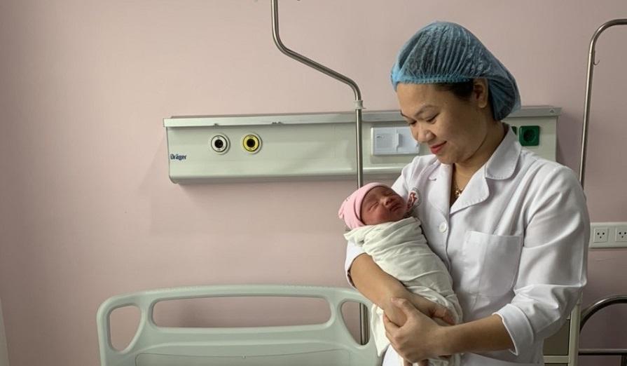 """Bs Trang và bé trai được """"cứu sống"""" trong sự vỡ òa hạnh phúc của cả kíp mổ trong một ngày thật đặc biệt, ngày 29/2. Ảnh: BVCC"""