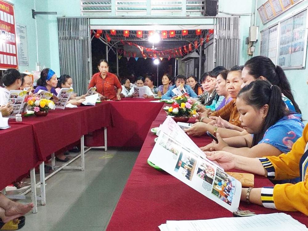 Một buổi sinh hoạt chi hội được tổ chức tại điểm văn phòng ấp