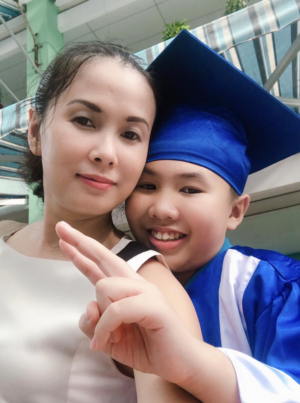Cao Việt Quỳnh và mẹ - nhà văn Nguyễn Quỳnh Trang (ảnh nhân vật cung cấp)