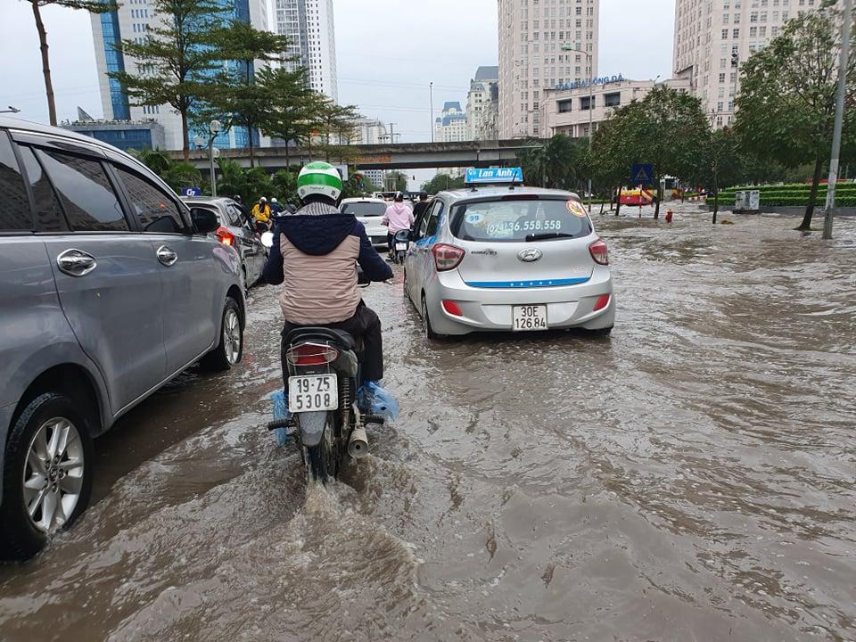 Khoảng gần 3 giờ chiều nay (3/3), sau khi mây đen ùn ùn kéo đến che kín bầu trời, cơn mưa đổ ập xuống thành phố Hà Nội và kéo dài hơn 30 phút đã khiến nhiều tuyến phố ngập sâu trong nước.