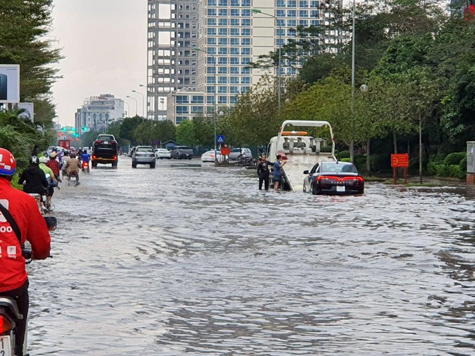 Cũng trong chiều nay, lực lượng xe cứu hộ phải hoạt động hết công suất bởi có nhiều ô tô chết máy do đi vào vùng ngập sau. Tại một số điểm ngập như Dương Đình Nghệ, nước tại điểm sâu nhất có thể lên tới 50-60cm.