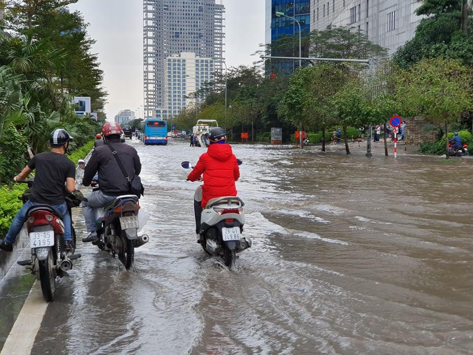 Thông tin từ Trung tâm Dự báo khí tượng thủy văn quốc gia, mưa giông, gió mạnh bất thường xảy ra tại các quận nội thành Hà Nội ngay trong đầu giờ chiều hôm nay là do vùng mây đối lưu phát triển mạnh từ khu vực huyện Ba Vì và thị xã Sơn Tây. Cũng theo Trung tâm Dự báo khí tượng thủy văn quốc gia, cơn mưa lớn vào đầu giờ chiều nay ở các quận Đống Đa, Hai Bà Trưng, Ba Đình, Hoàn Kiếm, Bắc Từ Liêm, Thanh Xuân… có lượng mưa phổ biến từ 20 - 40 mm. Dự báo trong 1 - 2 giờ tới, khu vực nội thành Hà Nội và các vùng lân cận vẫn tiếp tục có mưa vừa đến mưa to, với lượng mưa phổ biến trong khoảng từ 10 - 30 mm. Đợt mưa này sẽ gây ngập úng trên nhiều tuyến phố ở Hà Nội với độ sâu từ 0,2 - 0,5 m.