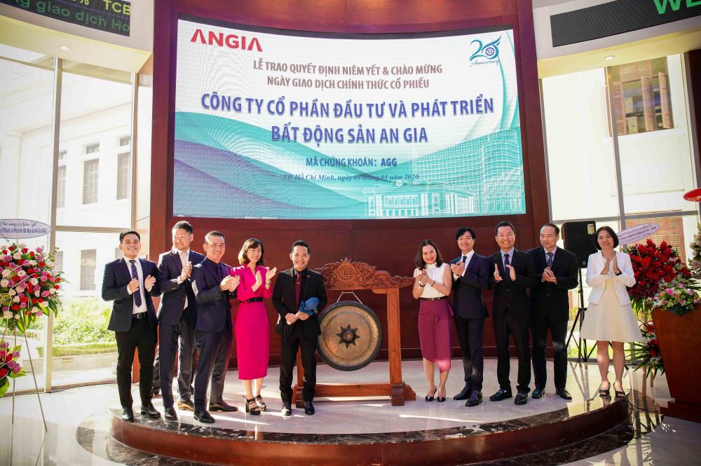 Lãnh đạo AGG đánh cồng khai trương phiên giao dịch đầu tiên của cổ phiếu AGG trên HOSE ngày 9/1