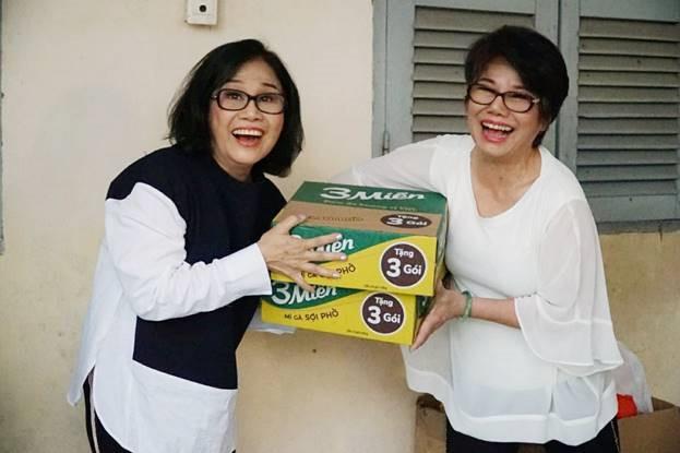 NS Tài Linh (trái) trong chuyến đi từ thiện khi về thăm quê hương  năm 2019