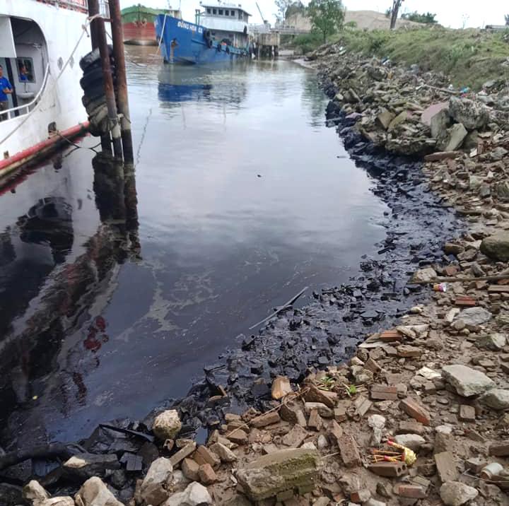 Vệt dầu loang kéo dài hàng chục mét xuất hiện trên sông Lam