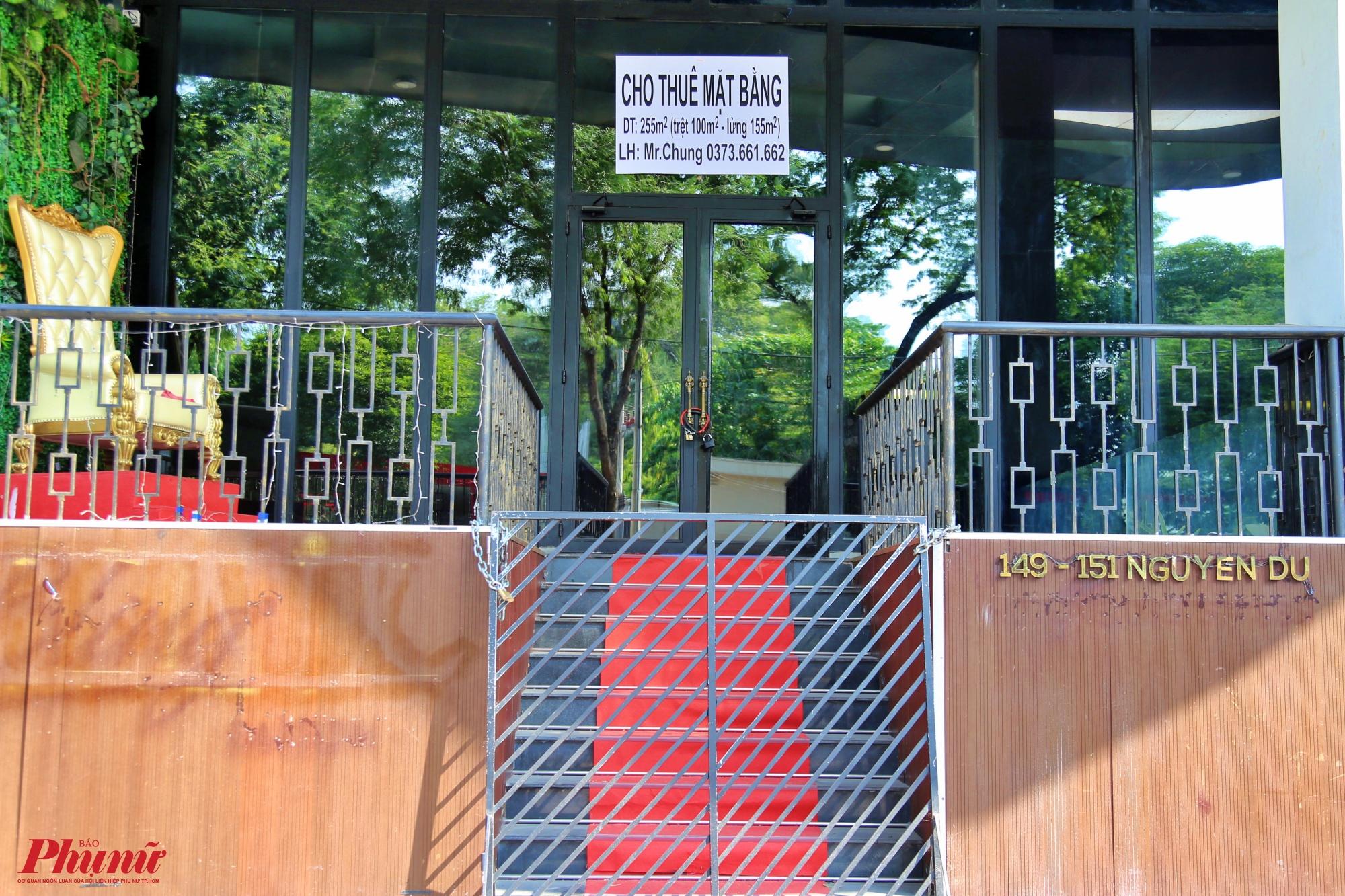 Một tòa nhà trên đường Nguyễn Du cũng dán bảng cho thuê mặt bằng, giá cho thuê dao động trên cả nghìn đô