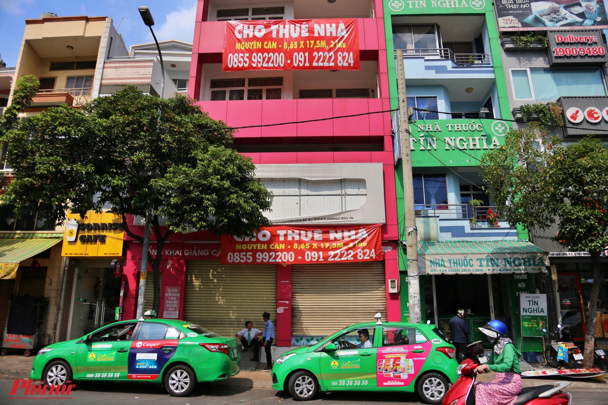 Căn nhà mặt tiền 3 lầu trên đường Phan Xích Long, quận Phú Nhuận cũng đóng cửa im lìm từ mấy tháng nay. Một số bảo vệ chung quanh cho biết từ sau tết cho đến nay vẫn không có ai đến thuê.