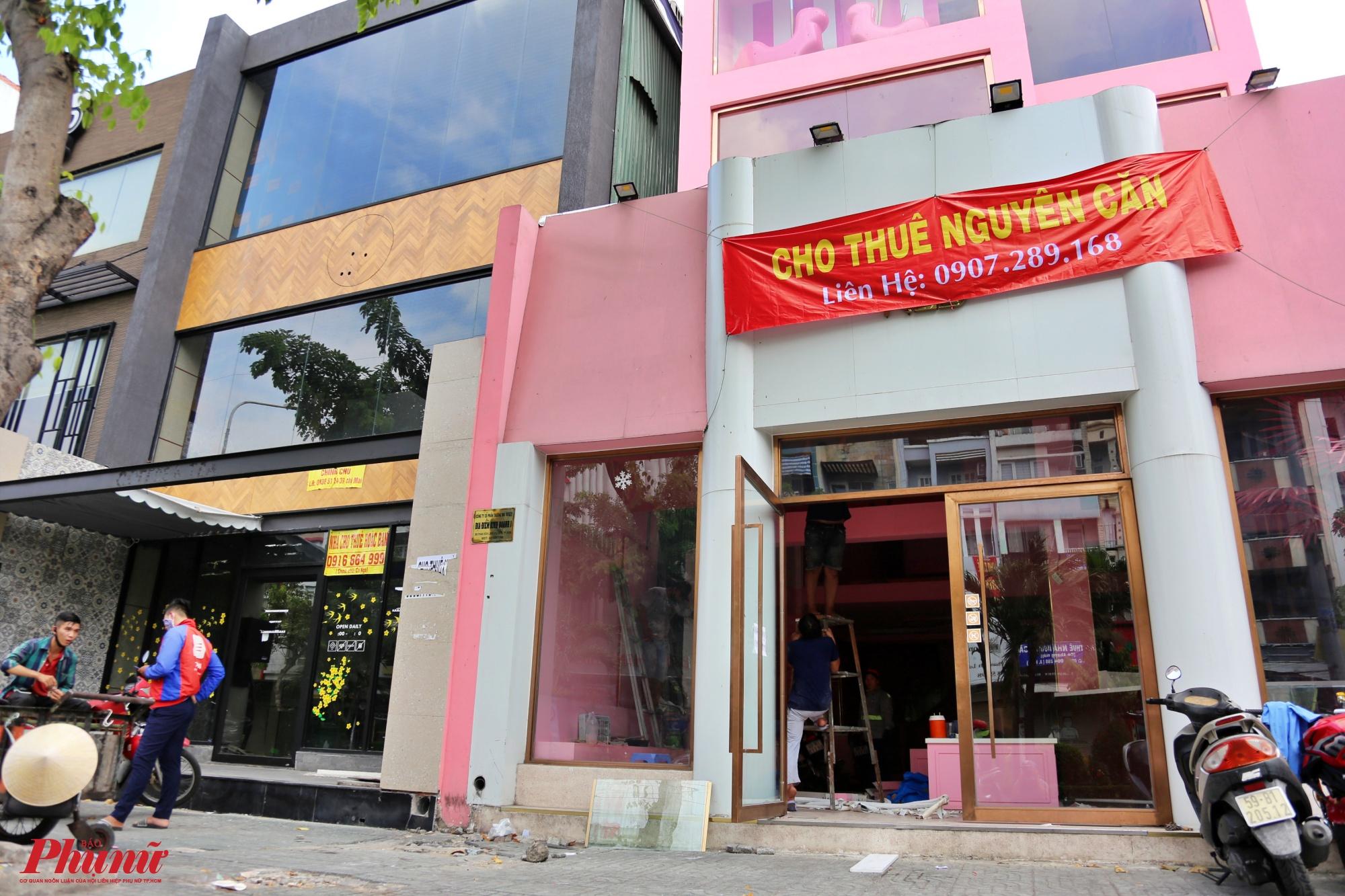 Hai tiệm thức uống kế bên nhau trên con đường ẩm thực Phan Xích Long đã đóng cửa, trước đây những tiệm thức uống này thường rất đông khách về đêm, chủ yếu là phục vụ cho lứa tuổi teen