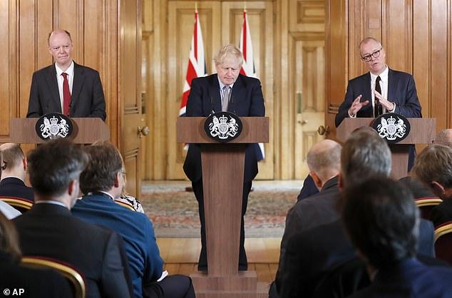Giám đốc y tế Anh Chris Whitty (trái, cùng với Thủ tướng Anh Boris Johnson và Cố vấn khoa học Patrick Vallance) hôm 3/3 cho biết ông dự đoán số người nhiễm COVID-19 sẽ thấp hơn rất nhiều so với kịch bản tồi tệ nhất, với 8 trong số 10 người có thể mắc bệnh.
