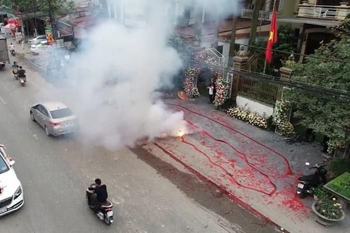 Đám cưới ngang nhiên đốt pháo giữa Hà Nội, ngay bên đường quốc lộ với người xe qua lại