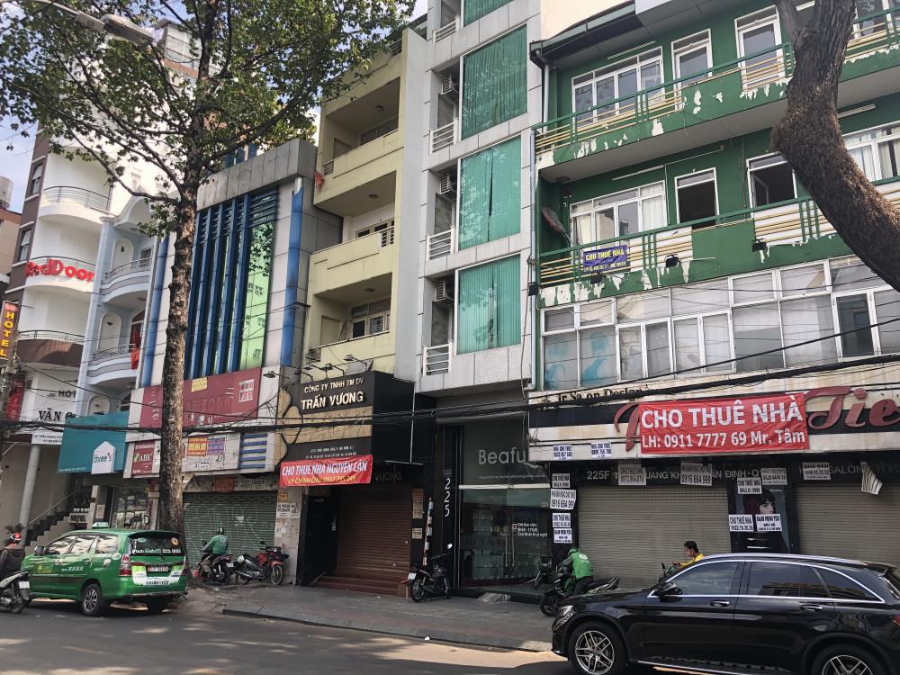 Hàng loạt cửa hàng kinh doanh trên đường Trần Quang Khải (quận 1) phải đóng cửa vì kinh doanh quá ế ẩm