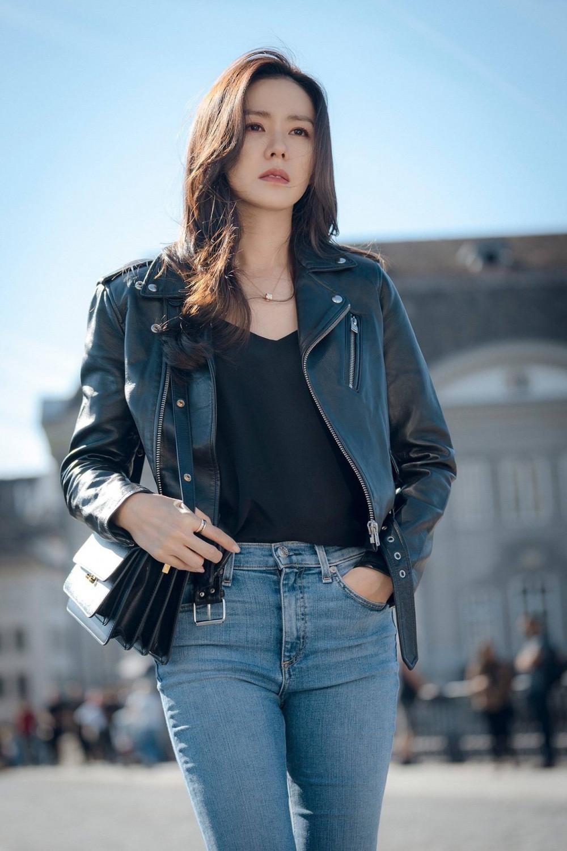 Thực chất không chỉ ấn tượng trên màn ảnh, Son Ye Jin còn cực sành điệu mỗi lần xuất hiện. Không thể tin được nữ diễn viên nay đã 38 tuổi.