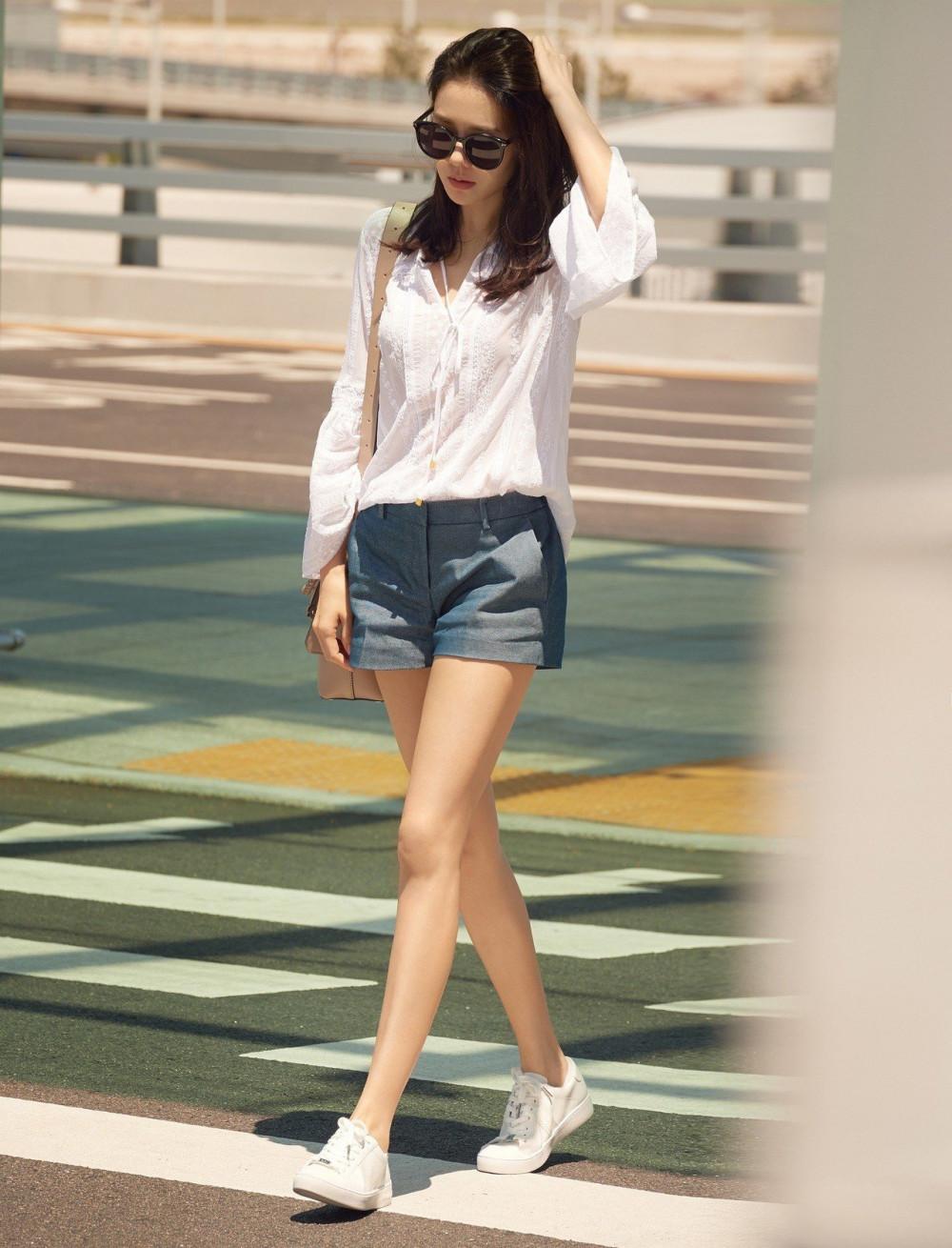 Son Ye Jin diện trang phục màu trắng tinh giản nhưng vẫn đầy thu hút. Nữ diễn viên Và em sẽ đến sở hữu chiều cao không quá nổi trội nhưng với tỉ lệ cơ thể chuẩn cùng sự tinh tế trong cách lựa chọn trang phục, trông Ye Jin luôn cao hơn chiều cao thật. Bạn có thể tham khảo Son Ye Jin cách diện những chiếc quần ống rộng, lưng cao và được mặc đóng thùng để tạo sự chú ý vào vòng eo và giúp đôi chân trông dài hơn.