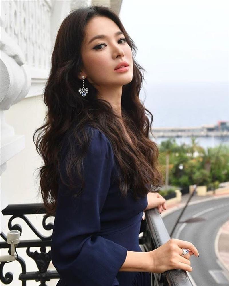 """Chắc chắn rồi, trong danh sách sao Hàn U40 'sành điệu' không thể thiếu Song Hye Kyo. Mặc dù không sở hữu chiều cao lý tưởng, đôi chân dài và số đo người mẫu nhưng Song Hye Kyo là """"nàng thơ"""" của nhiều nhãn hiệu thời trang nổi tiếng. Vẻ đẹp phong cách của ngọc nữ điện ảnh Hàn Quốc đến từ nhiều yếu tố, đặc biệt là thần sắc thanh nhã và lối làm đẹp thuận theo tự nhiên."""