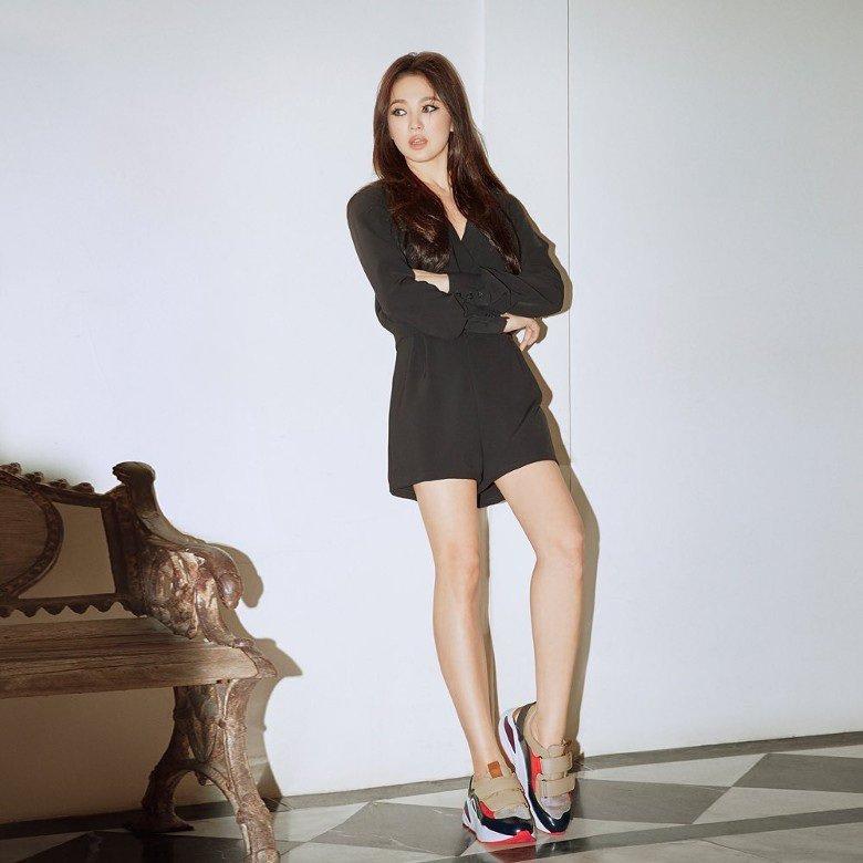 Khoác lên mình bộ jumpsuit đen tuy đơn giản là thế, nhưng nhờ vào điểm nhấn đắt giá ở phần ngực áo xẻ cổ V mà Song Hye Kyo thành công phô diễn vòng 1 lấp ló. Từ lớp makeup sắc sảo đến bộ trang phục cá tính phối cùng đôi sneakers phóng khoáng, hình ảnh của nữ diễn viên trở nên vô cùng lạ lẫm.