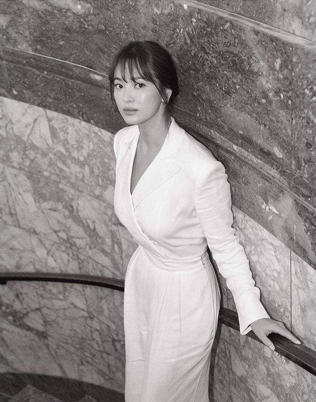 Thi thoảng, cô cũng chẳng cần phải gồng mình trong phong cách cá tính và gợi cảm hết nấc, Song Hye Kyo vẫn đẹp xuất thần với bộ trang phục tông trắng thanh lịch và kín đáo.Phong cách trước đây của cô luôn lấy sự thanh lịch, tinh tế làm chủ đạo để tôn vinh lên nét đẹp tự nhiên nhất của sắc vóc. Đồng thời, vì sở hữu chiều cao chưa đến 1,6m nên những bộ cánh đơn giản giúp cho Song Hye Kyo trông cao ráo và thanh thoát hơn hẳn.