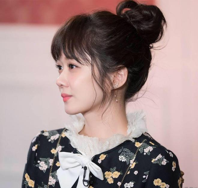 Chiếc đầm họa tiết và cách trang điểm nhẹ nhàng khiến Jang Nara thu hút mọi ánh nhìn.