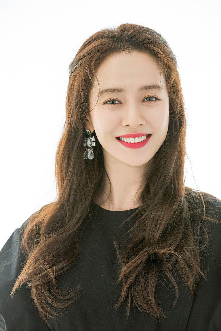 Song Ji Hyo (38 tuổi) chiếm được cảm tình của người hâm mộ sau khi tham gia chương trình thực tế nổi tiếng tại Hàn Quốc - Running Man - từ năm 2010. Ngoài tính cách 'lầy lội', cô còn gây chú ý khi sở hữu gu ăn mặc cực trẻ trung, sành điệu.