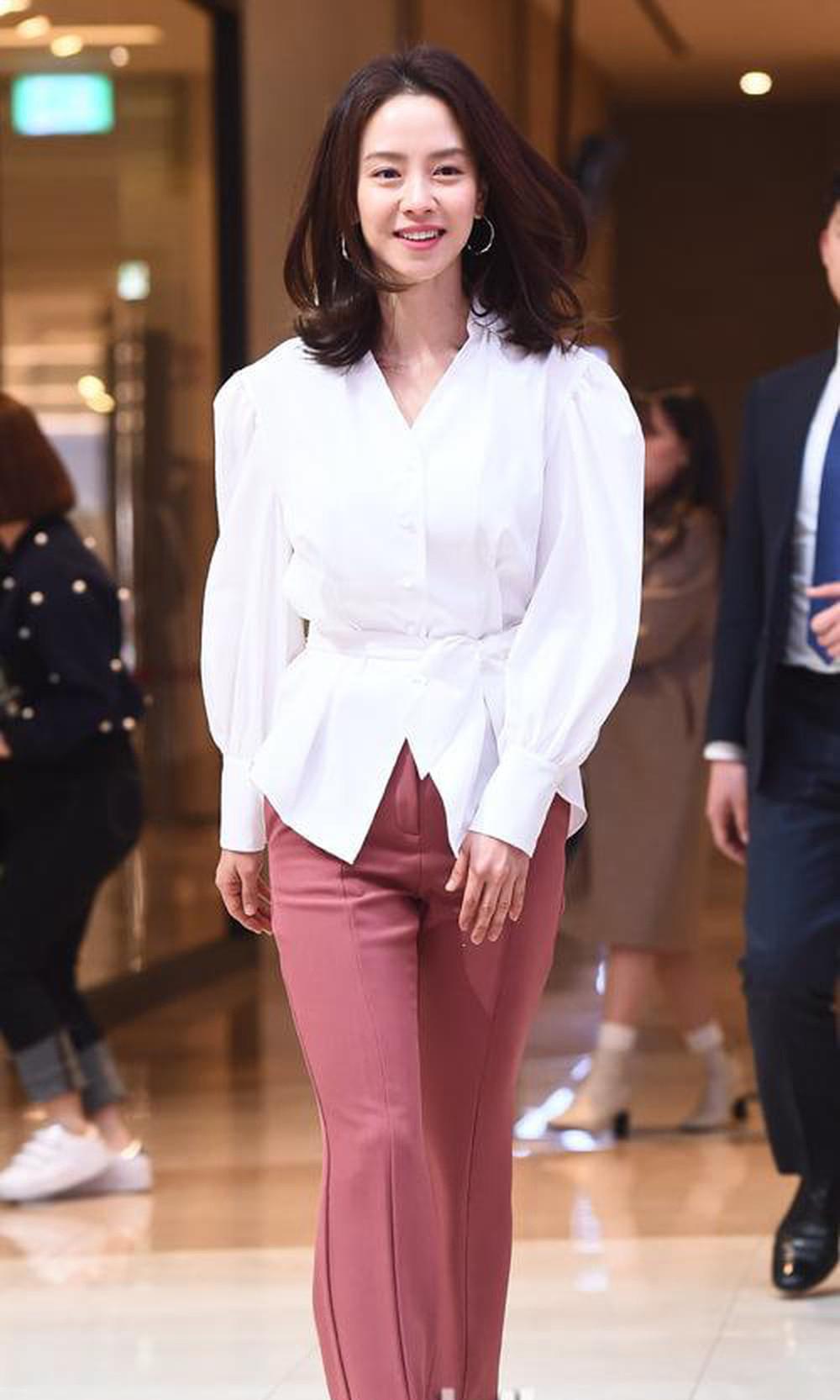 Đen và trắng là 2 gam màu được nữ diễn viên yêu thích. Cô liên tục mặc set đồ từ năng động đến nữ tính mang 2 màu này lên thảm đỏ.