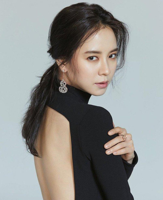 Đôi khi, nữ diễn viên Hàn Quốc 'đổi gió' với thiết kế cắt xẻ táo bạo. Với lối trang điểm mắt tông khói Ji Hyo như lột xác, khác với hình ảnh thường ngày.