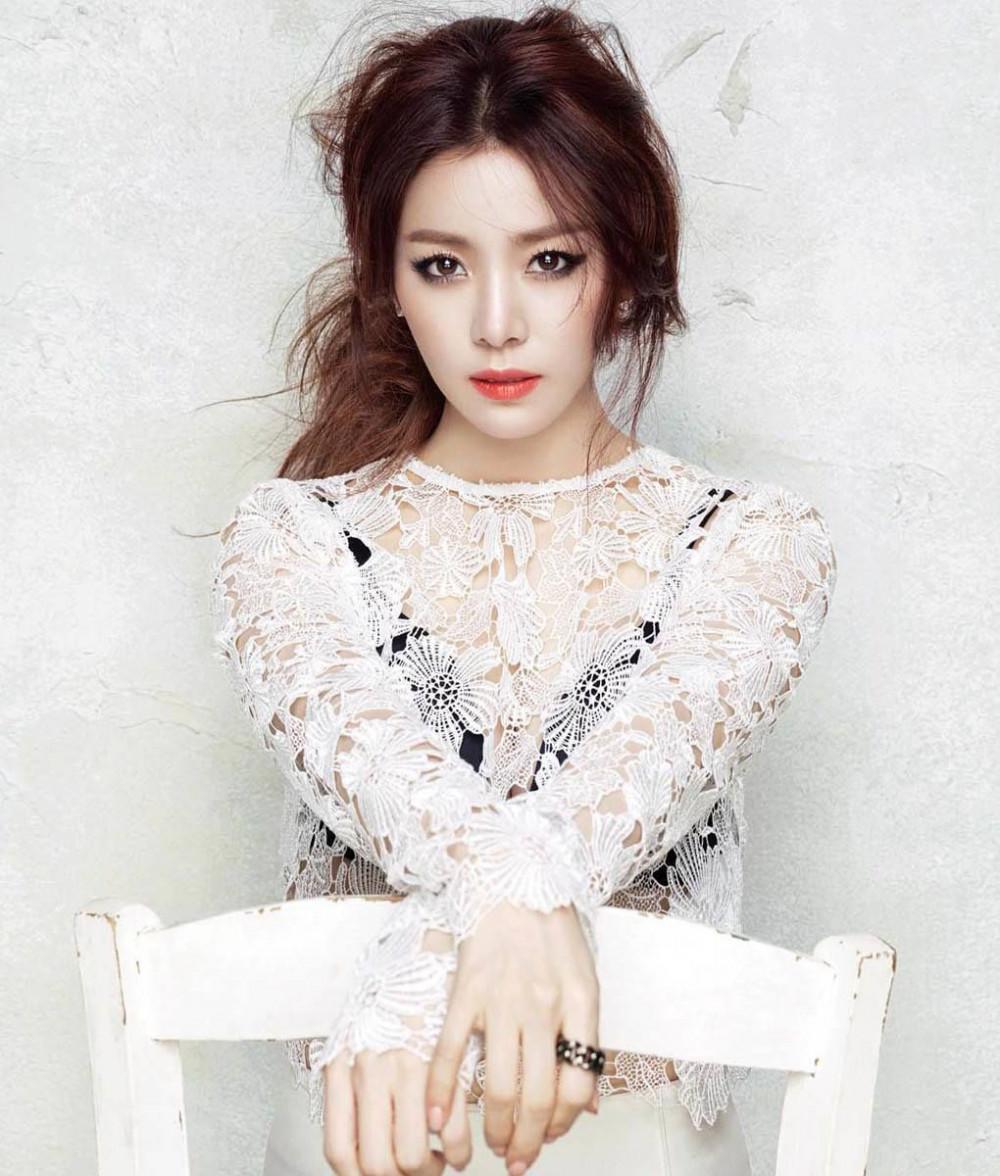 Han Ji Min là một trong số ít nữ diễn viên xứ Hàn sở hữu vẻ đẹp tự nhiên, trong sáng với phong cách thời trang thanh lịch nhưng không kém phần sành điệu.