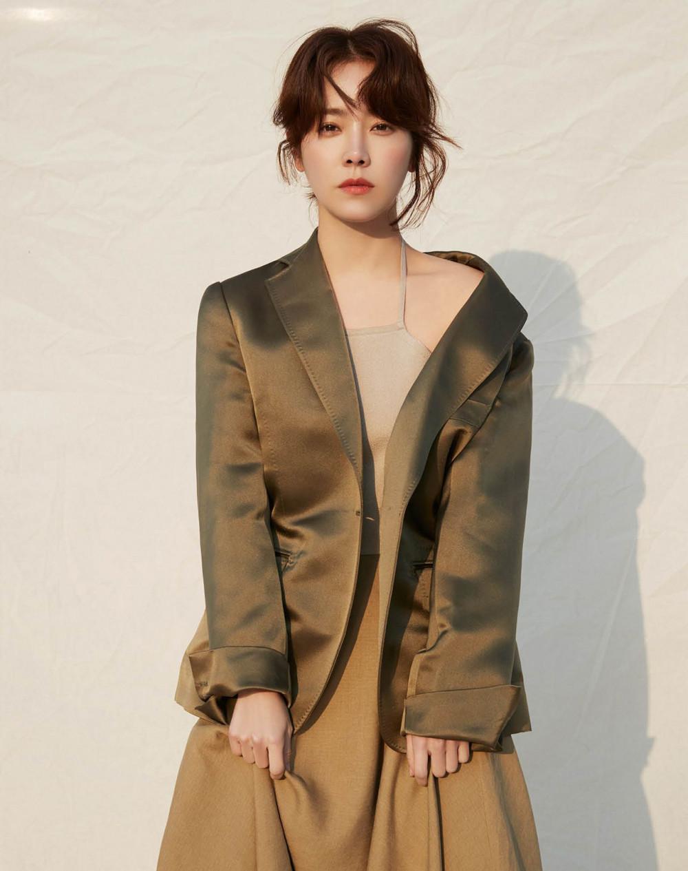 Những chiếc váy hai dây kết hợp áo vest càng tôn lên nét quyến rũ của cô.