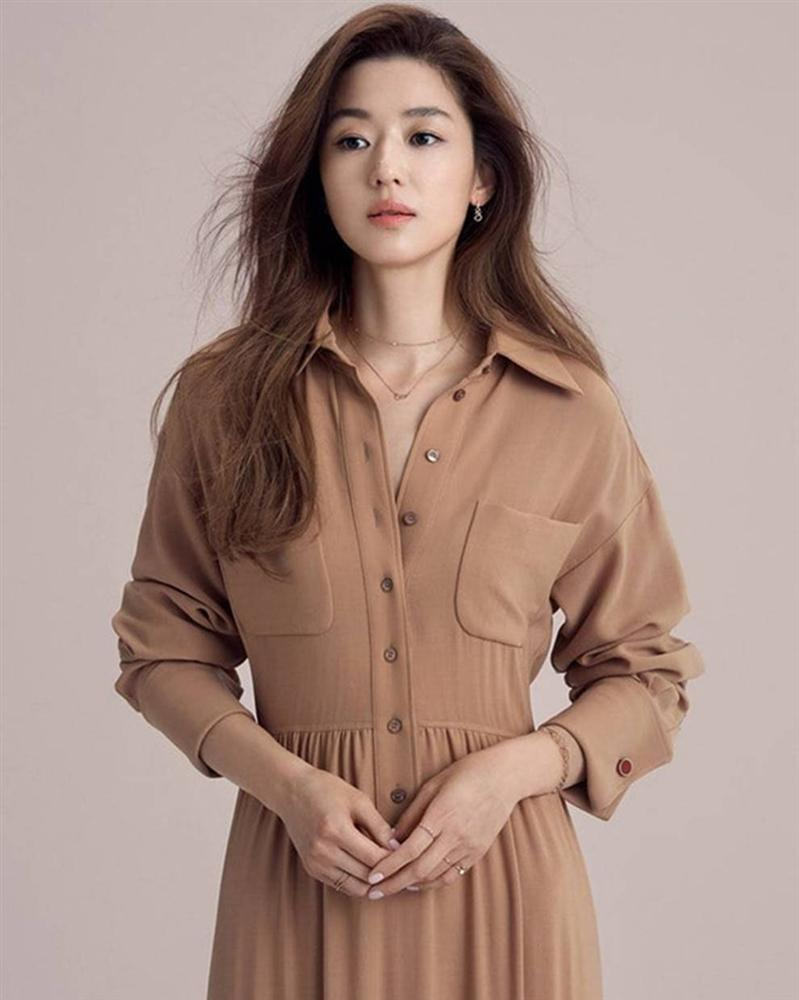 Jeon Ji Hyun vốn được biết đến với biệt danh 'mợ chảnh' đó là bởi cô nàng luôn sở hữu nhan sắc và vóc dáng đỉnh cao bất chấp mọi trang phục.