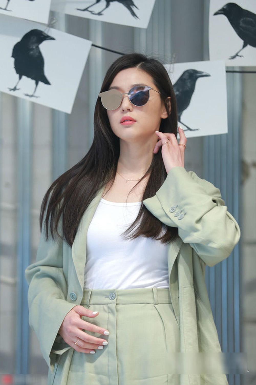 'Mợ chảnh' có thể biến hóa linh hoạt giữa các gam màu trung tính, pastel hay những tông màu trầm ấm nhưng điểm chung của tất cả đều là nét nhã nhặn, khiêm nhường. Những items 'ruột' của Jeon Ji Hyun cũng không có vẻ gì là hào nhoáng, lồng lộn mà thường xoay quanh những thiết kế cơ bản như: áo sơ mi, bộ suit, váy liền trơn màu…