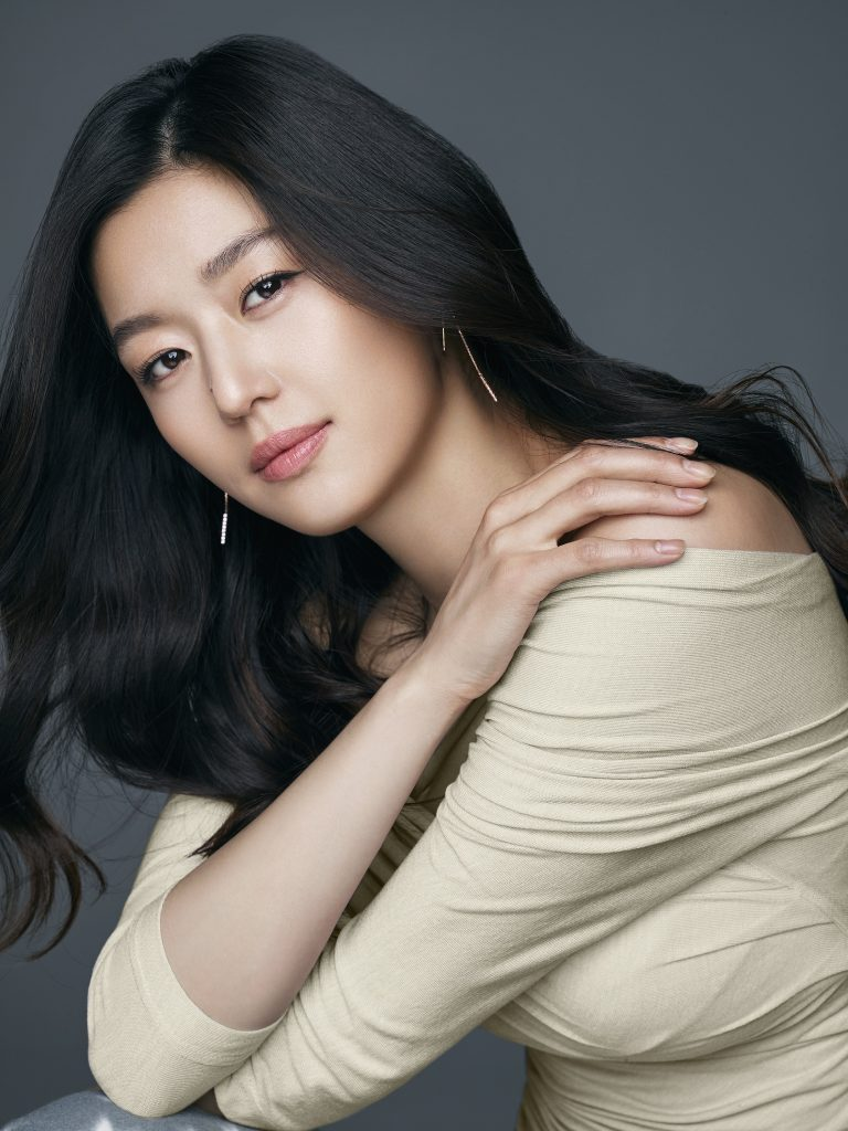 Kiểu dáng trang phục đơn giản, nhấn nhá ở chi tiết lệch vai giúp Jun Ji Hyun tỏa sáng một cách giản dị.