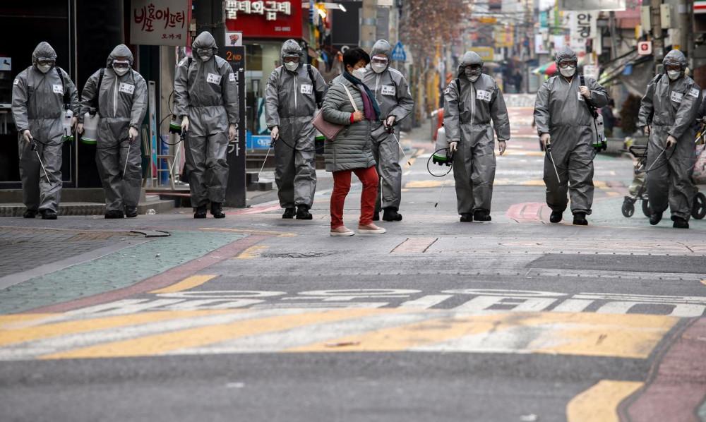 Binh lính Hàn Quốc hỗ trợ khử trùng đường phố tại Seoul.