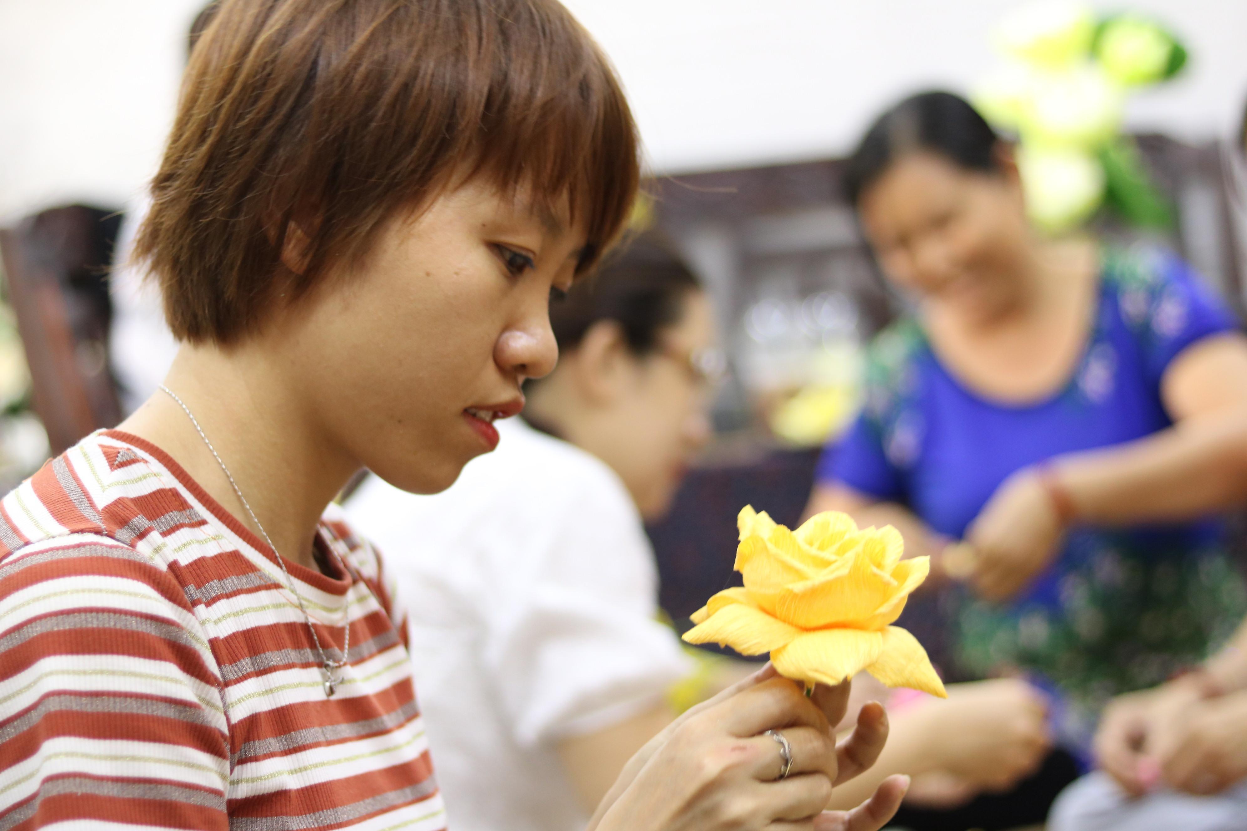 Chị Nguyễn Thị Thơm, người hướng dẫn cán bộ, hội viên phụ nữ phường Linh Đông làm hoa giấy cho biết, cần tỉ mỉ, cẩn thận và thêm một chút khéo léo