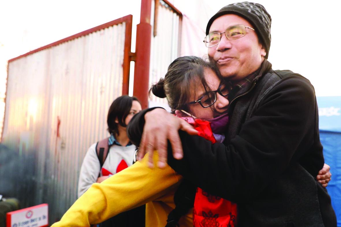 Một cô gái Nepal trở về từ Vũ Hán ôm lấy cha sau khi trải qua đợt cách ly 14 ngày ở thành phố Bhaktapur, Nepal Ảnh: AP