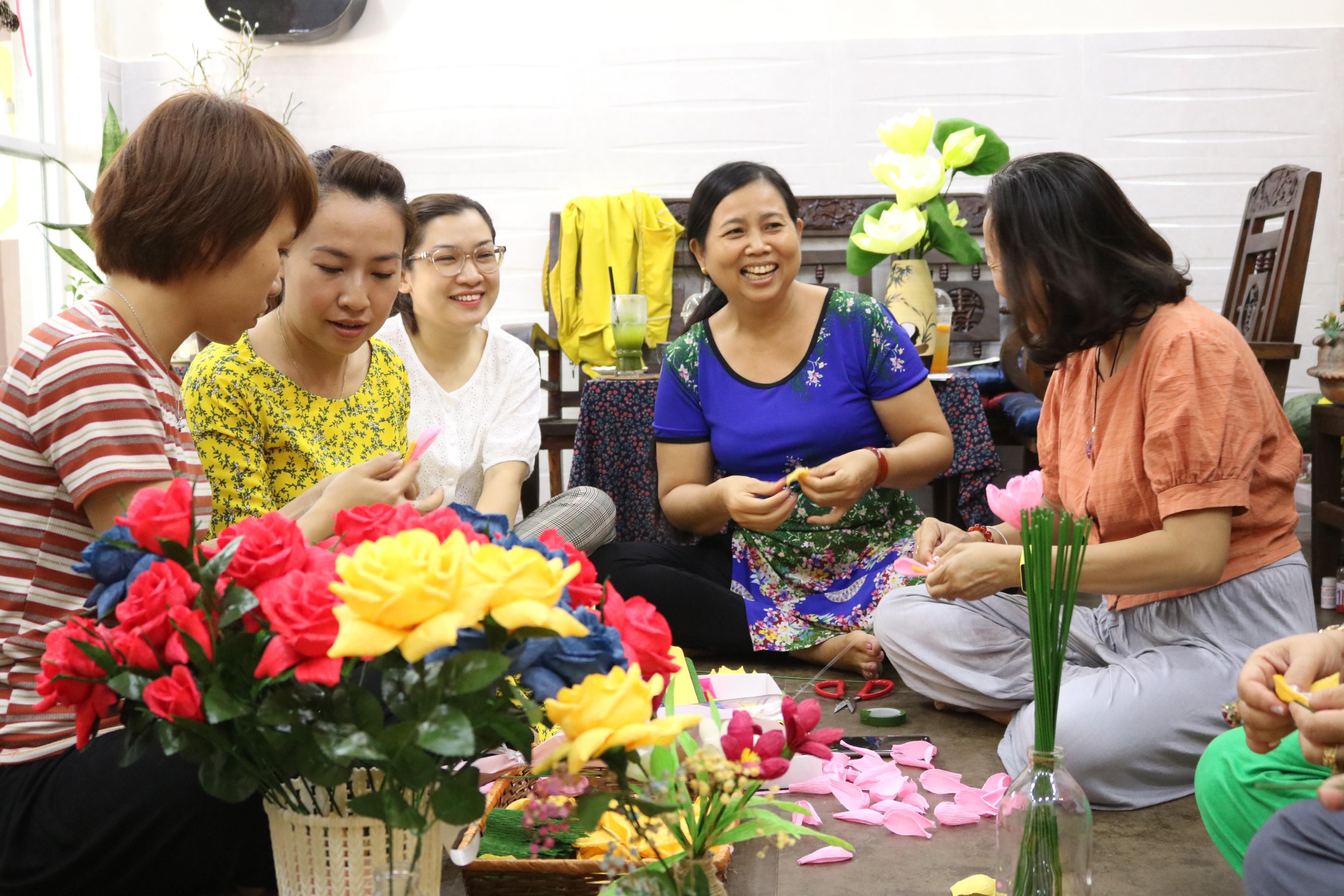 Để chị em trong phường ai cũng có một bông hoa thật đẹp vào ngày 8/3, cán bộ, hội viên phụ nữ phường Linh Đông, quận Thủ Đức đã hùn tiền mua nguyên vật liệu