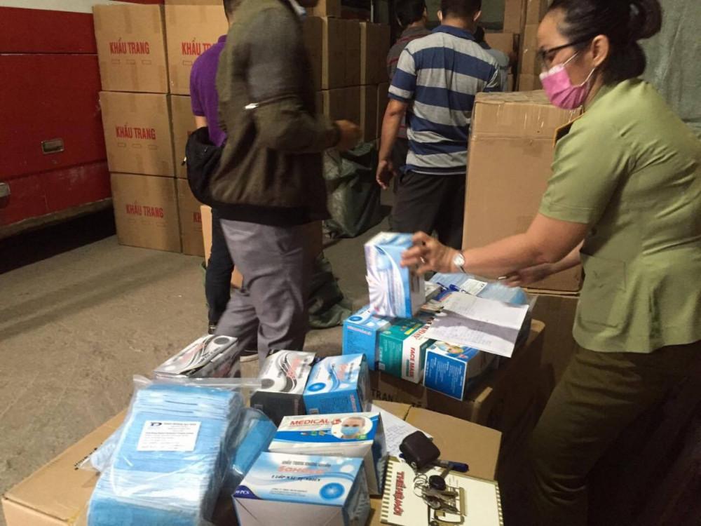 Khẩu trang được mua gom rồi tập kết tại một kho hàng trên địa bàn quận Tân Phú