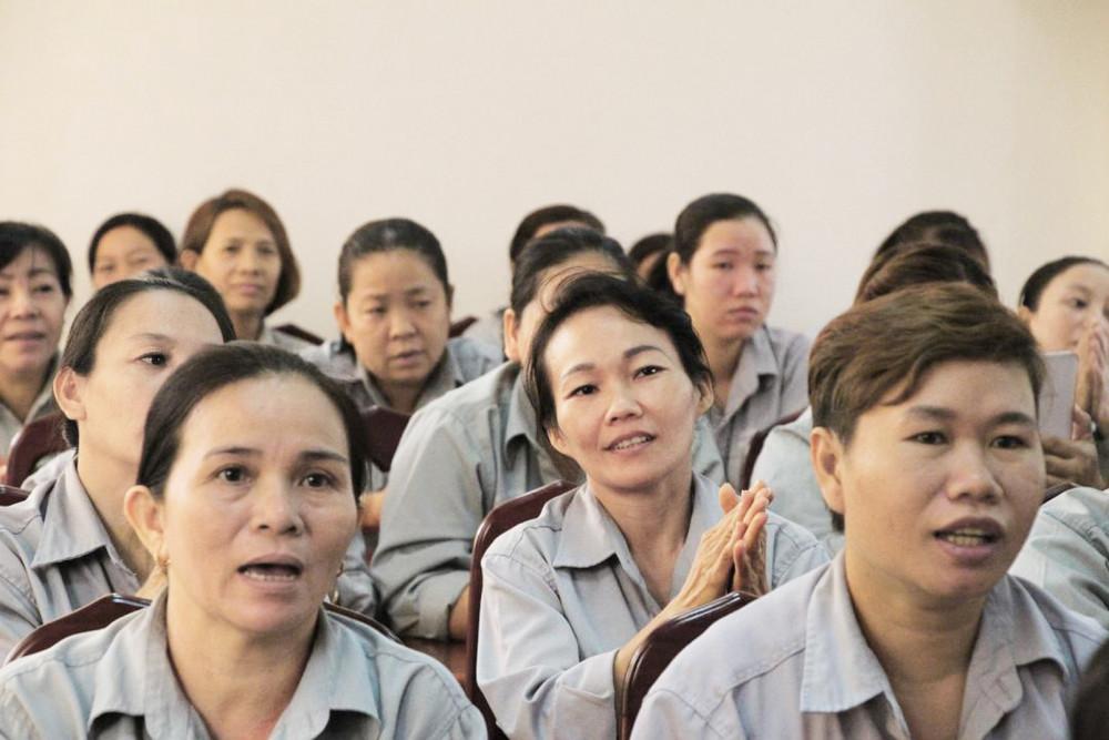 Nữ công nhân vệ sinh được  Hội LHPN TP.HCM và Hội LHPN H.Hóc Môn  tri ân nhân dịp 8/3 năm nay