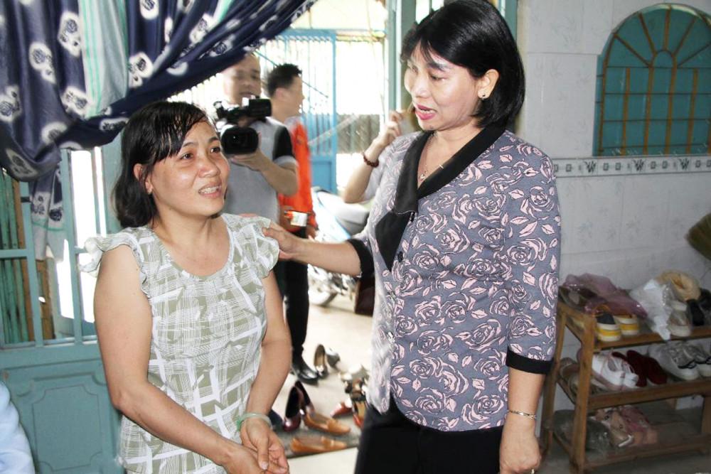 Bà Trần Thị Phương Hoa, Phó chủ tịch Hội LHPN TP.HCM, tặng quà cho nữ công nhân vệ sinh trong chương trình