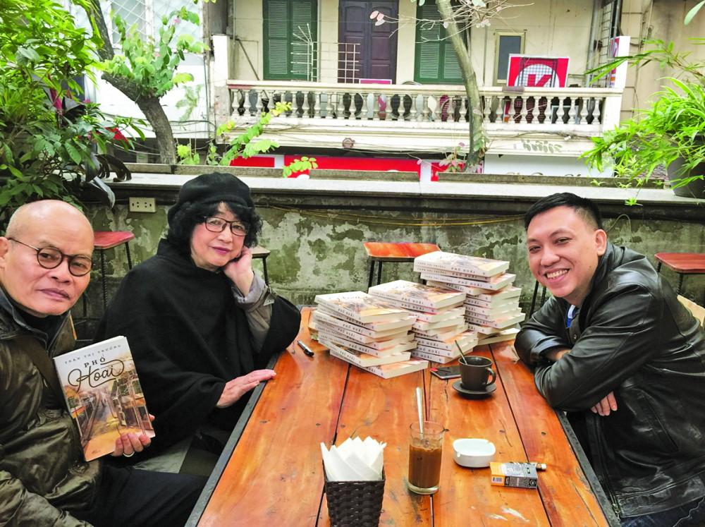 Nhà văn Trần Thị Trường cùng bạn bè, bạn đọc