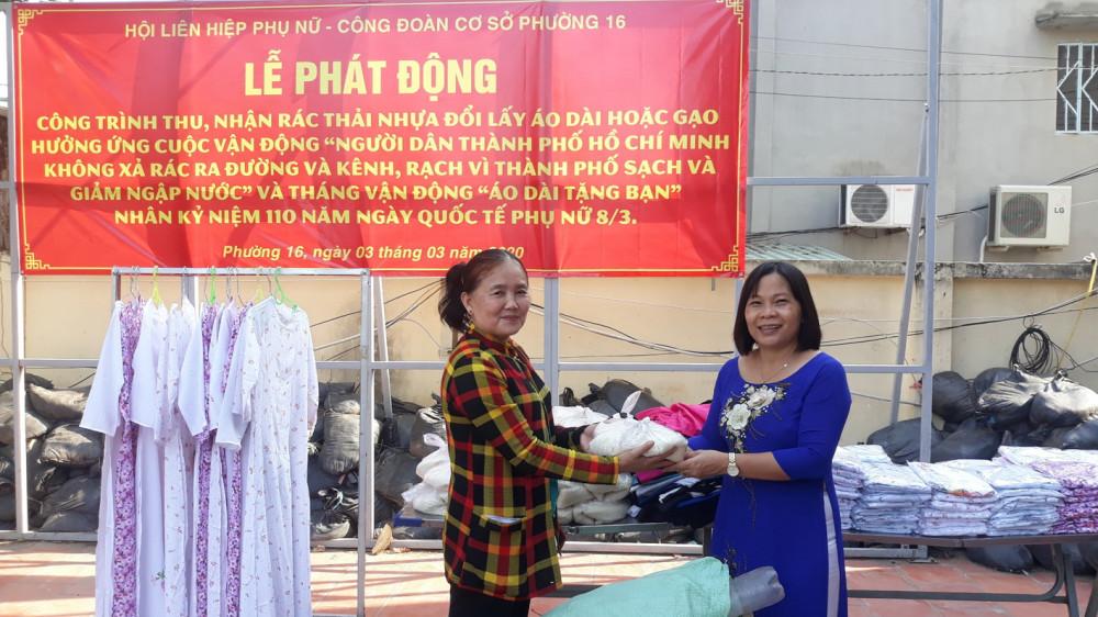 Chị Phạm Thị Thu Trang, hội viên khu phố 1, P.16, Q.8 (trái) đổi 3kg rác lấy áo dài